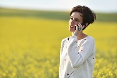 Mujer que habla en su teléfono elegante Foto de archivo