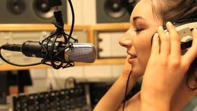 Mujer que habla en un micrófono almacen de metraje de vídeo