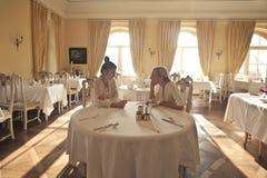 Mujer que habla en un restaurante fotos de archivo