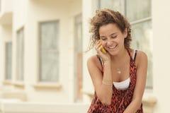 Mujer que habla en un teléfono móvil Foto de archivo libre de regalías