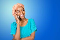 Mujer que habla en un teléfono móvil Foto de archivo