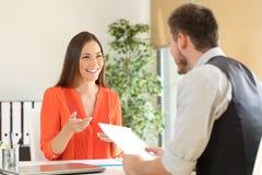 Mujer que habla en una entrevista de trabajo imagen de archivo libre de regalías