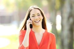 Mujer que habla en una llamada de teléfono al aire libre Imágenes de archivo libres de regalías