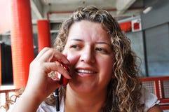 mujer que habla a los 2 celulares Foto de archivo libre de regalías