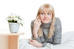 Mujer que habla por el teléfono Foto de archivo