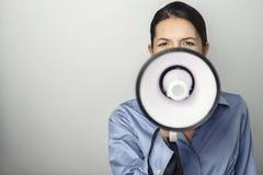 Mujer que habla sobre un megáfono Imagen de archivo libre de regalías