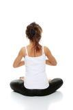 Mujer que hace actitud de la yoga Fotografía de archivo libre de regalías