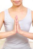 Mujer que hace actitud de la yoga Imagenes de archivo