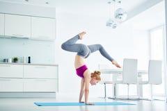 Mujer que hace actitud hermosa de la yoga en casa imágenes de archivo libres de regalías