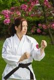 Mujer que hace arte marcial Imagen de archivo