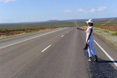 Mujer que hace autostop interior Imagen de archivo