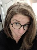 Mujer que hace caras en vidrios Fotos de archivo libres de regalías
