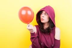 Mujer que hace caras tontas con un impulso en manos Imagen de archivo libre de regalías