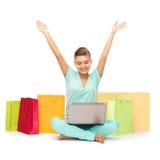 Mujer que hace compras de Internet Imagen de archivo