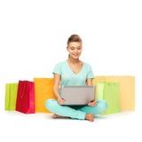 Mujer que hace compras de Internet Imagen de archivo libre de regalías
