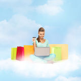 Mujer que hace compras de Internet Fotografía de archivo libre de regalías