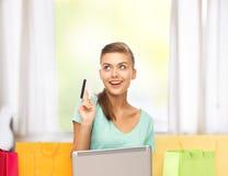 Mujer que hace compras de Internet Foto de archivo
