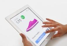 Mujer que hace compras de Internet en la tableta Fotografía de archivo libre de regalías