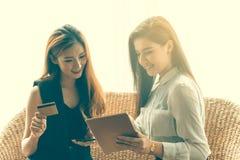 Mujer que hace compras en línea fotos de archivo libres de regalías