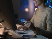 Mujer que hace compras en línea imagen de archivo