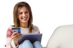 Mujer que hace compras en línea con el ordenador portátil y la tarjeta de crédito Fotos de archivo