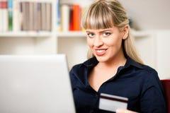 Mujer que hace compras en línea vía Internet del hogar Fotografía de archivo