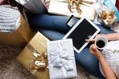 Mujer que hace compras en línea con un de la tarjeta de crédito Fotos de archivo libres de regalías