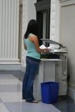 Mujer que hace copias de la foto Foto de archivo libre de regalías