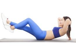 Mujer que hace crujidos abdominales en ejercicio Fotografía de archivo libre de regalías