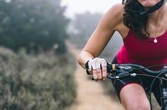 Mujer que hace cuesta abajo con la bici de montaña Concepto sobre la gente a imagenes de archivo