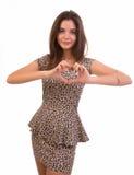 Mujer que hace dimensión de una variable del corazón con sus manos Foto de archivo libre de regalías