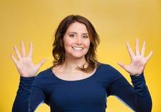 Mujer que hace dos por gesto de cinco muestras con las manos, fingeres, número diez Imágenes de archivo libres de regalías