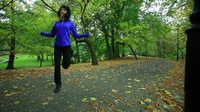 Mujer que hace ejercicio con la comba HD lleno con el resbalador motorizado 1080p metrajes