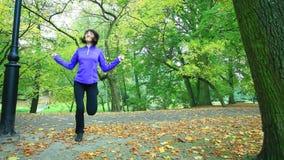 Mujer que hace ejercicio con la comba HD lleno con el resbalador motorizado 1080p
