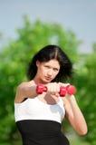 Mujer que hace ejercicio con pesa de gimnasia Foto de archivo libre de regalías