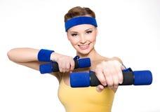 Mujer que hace ejercicio de la aptitud con pesas de gimnasia Foto de archivo libre de regalías