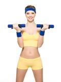 Mujer que hace ejercicio de la aptitud con pesas de gimnasia Imagenes de archivo