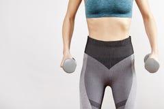 Mujer que hace ejercicio de la aptitud con pesas de gimnasia imagen de archivo libre de regalías