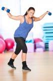 Mujer que hace ejercicio de la aptitud en la gimnasia del deporte Fotografía de archivo libre de regalías