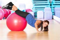 Mujer que hace ejercicio de la aptitud en la gimnasia del deporte Fotografía de archivo