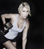 Mujer que hace ejercicio de la elevación del peso Imagen de archivo libre de regalías