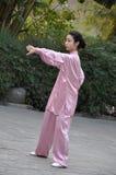 Mujer que hace ejercicio de la ji del tai del gongo de Qi Hermoso, humano Fotografía de archivo libre de regalías