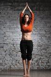Mujer que hace ejercicio de la yoga Imágenes de archivo libres de regalías