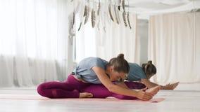 Mujer que hace ejercicio de la yoga en el estudio almacen de video