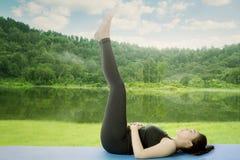 Mujer que hace ejercicio de los aeróbicos cerca del lago Fotos de archivo libres de regalías