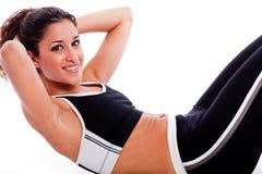 Mujer que hace ejercicio del abdomen Imagen de archivo