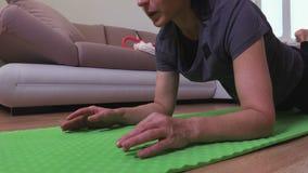 Mujer que hace ejercicio del tablón almacen de metraje de vídeo
