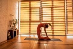 Mujer que hace ejercicio duro de la yoga Imágenes de archivo libres de regalías
