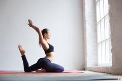 Mujer que hace ejercicio en la estera de la yoga Fotografía de archivo libre de regalías