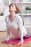 Mujer que hace ejercicio trasero de la extensión fotografía de archivo